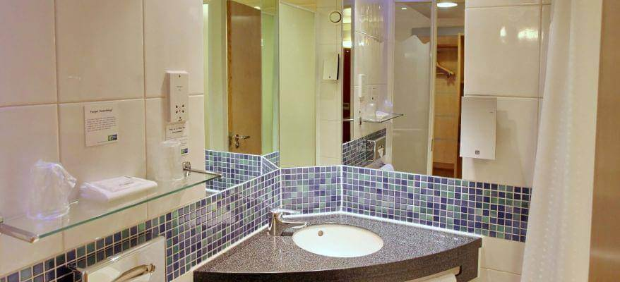 Holiday Inn Express Southampton Airport Bathroom